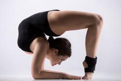 Молодая женщина делая представление backbend гимнастики Стоковая Фотография