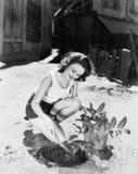 Молодая женщина делая работу сада (все показанные люди более длинные живущие и никакое имущество не существует Гарантии поставщик Стоковые Изображения RF