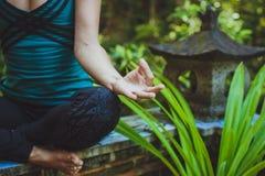 Молодая женщина делая раздумье outdoors в спокойной окружающей среде Стоковые Фото