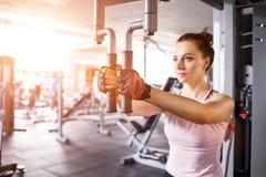 Молодая женщина делая тренировку бабочки в спортзале Стоковые Фотографии RF