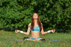 Молодая женщина делая тренировку йоги на парке Стоковые Изображения RF