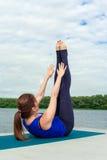 Молодая женщина делая тренировку йоги на циновке 12 Стоковые Фото
