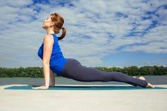 Молодая женщина делая тренировку йоги на циновке 04 Стоковая Фотография RF