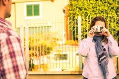 Молодая женщина делая фото к ее парню Стоковая Фотография RF
