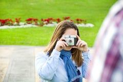 Молодая женщина делая фото к ее парню Стоковое Изображение RF