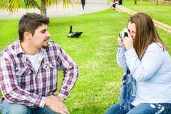 Молодая женщина делая фото к ее парню Стоковые Фото