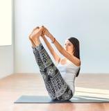 Молодая женщина делая asana йоги оба больших пальца ноги представляют Стоковое Изображение
