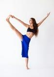 Молодая женщина делая asana Utthita Hasta Padangustasana йоги Стоковое Фото