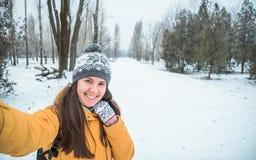 Молодая женщина делая selfie стоковые фотографии rf