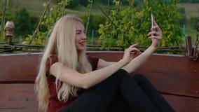 Молодая женщина делая selfie сток-видео