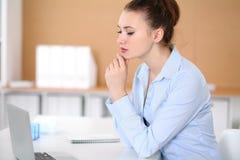 Молодая женщина дела работая на компьтер-книжке в офисе принципиальная схема дела успешная Стоковое Изображение RF