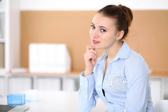 Молодая женщина дела работая на компьтер-книжке в офисе принципиальная схема дела успешная Стоковое Изображение