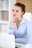 Молодая женщина дела работая на компьтер-книжке в офисе принципиальная схема дела успешная Стоковые Фото