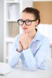 Молодая женщина дела работая на компьтер-книжке в офисе принципиальная схема дела успешная Стоковое Фото