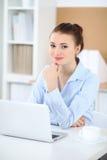 Молодая женщина дела работая на компьтер-книжке в офисе принципиальная схема дела успешная Стоковые Изображения RF