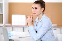 Молодая женщина дела работая на компьтер-книжке в офисе принципиальная схема дела успешная Стоковое фото RF