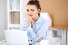 Молодая женщина дела работая на компьтер-книжке в офисе принципиальная схема дела успешная Стоковые Изображения