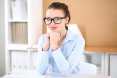 Молодая женщина дела работая на компьтер-книжке в офисе принципиальная схема дела успешная Стоковая Фотография
