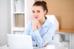 Молодая женщина дела работая на компьтер-книжке в офисе принципиальная схема дела успешная Стоковые Фотографии RF