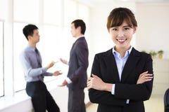 Молодая женщина дела стоя в офисе стоковая фотография rf
