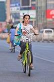 Молодая женщина едет общественный велосипед доли, Пекин, Китай Стоковая Фотография