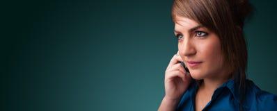 Молодая женщина звоня телефонный звонок с космосом экземпляра Стоковые Изображения