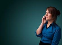 Молодая женщина звоня телефонный звонок с космосом экземпляра Стоковая Фотография