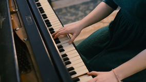 Молодая женщина играя на черном рояле сток-видео
