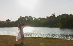Молодая женщина играя скрипку на предпосылке природы Стоковые Фото