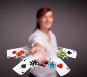 Молодая женщина играя с карточками и обломоками покера Стоковое Фото