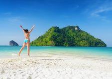 Молодая женщина имеет потеху на песчаном пляже Стоковые Фотографии RF