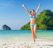 Молодая женщина имеет потеху на песчаном пляже стоковая фотография rf