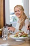 Молодая женщина имея еду на Coffeeshop Стоковая Фотография RF
