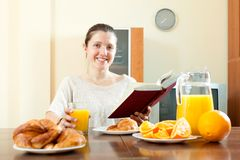 Молодая женщина имея завтрак Стоковые Изображения