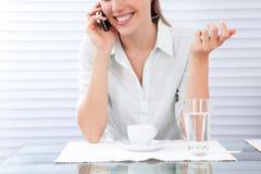 Молодая женщина имея завтрак Стоковые Изображения RF