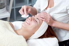 Женщина имея лицевую обработку красотки Стоковые Изображения RF