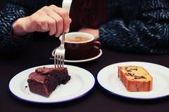 Молодая женщина имея кофе и торт Стоковые Изображения RF