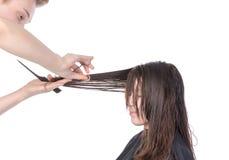 Молодая женщина имея отрезок волос стоковая фотография rf