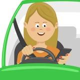 Молодая женщина используя ее smartphone за колесом Концепция опасности наркомании проблемы иллюстрация штока