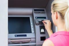 Молодая женщина используя кредитную карточку стоковое изображение rf