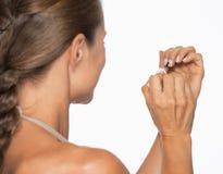 Молодая женщина используя маникюр. вид сзади Стоковые Фото
