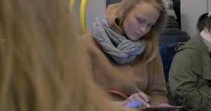 Молодая женщина используя планшет в метро сток-видео