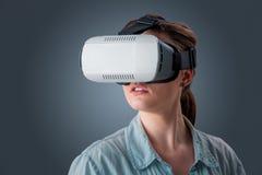 Молодая женщина используя стекла шлемофона VR Стоковые Изображения