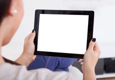 Молодая женщина используя таблетку дома Стоковые Фотографии RF