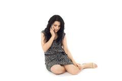 Молодая женщина используя телефон Стоковые Изображения RF