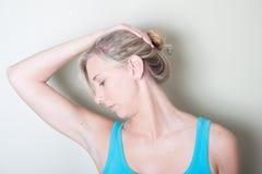 Молодая женщина используя тренировки шеи рук Стоковая Фотография RF