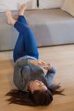 Молодая женщина используя умный телефон стоковые изображения rf