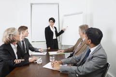 Молодая женщина используя whiteboard в деловой встрече Стоковое Изображение