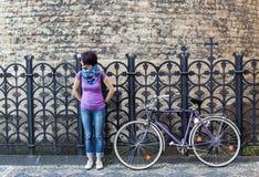 Молодая женщина и велосипед года сбора винограда стоковое изображение