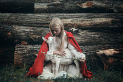 Молодая женщина и ее маленькая коза стоковое изображение rf